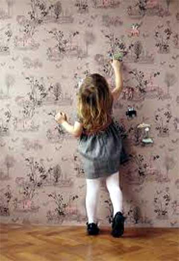 bimba che indica il muro