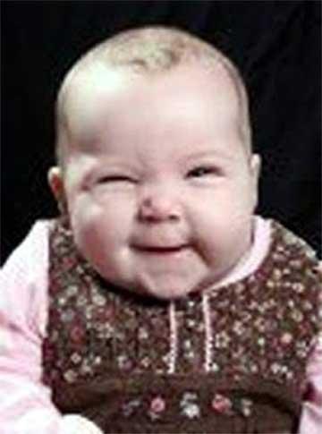 bimbo sorridente fa l'occhiolino