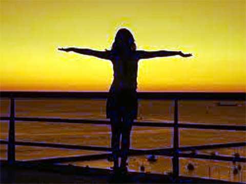 donna con tramonto sullo sfondo