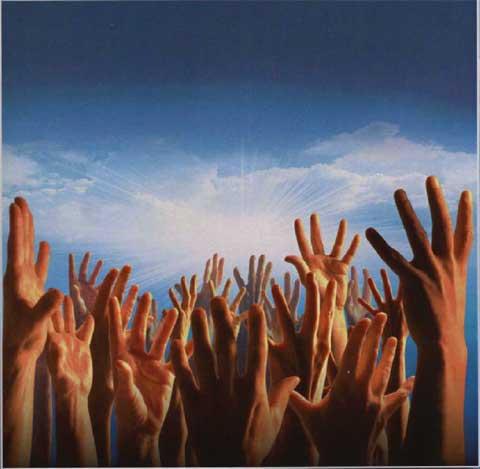 mani protese al cielo