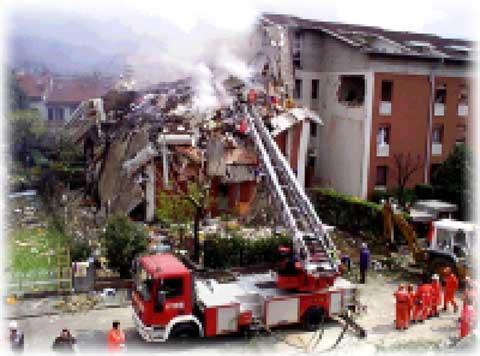 pompieri sulla scena del disastro