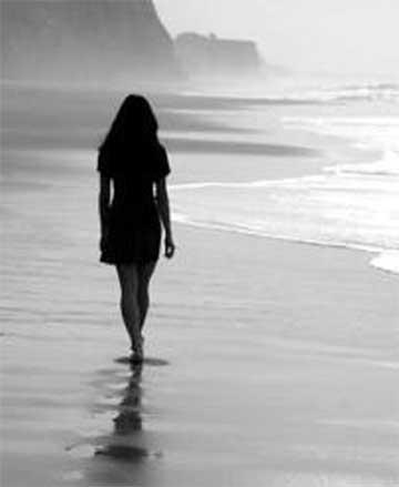 ragazza cammina su spiaggia