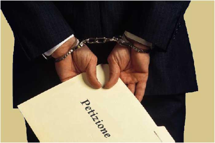 uomo in manette con pusta petizione in mano